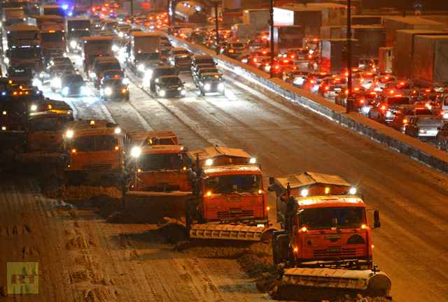 A traffic jam at the Moscow Ring Road. Heavy snowfalls have caused traffic problems in the city on January 18, 2013. (RIA Novosti / Maxim Blinov)